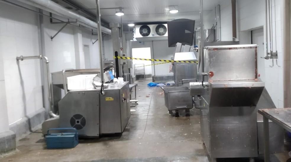 A área onde fica á máquina de moer carne em que o funcionário caiu está isolada. â?? Foto: Polícia Civil/Divulgação