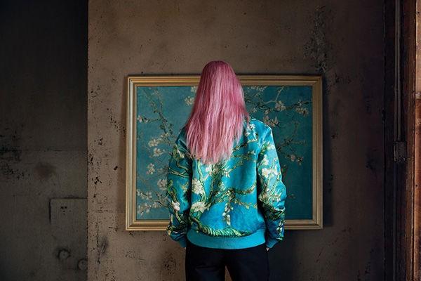 Blusa Vans da coleção Vans X Van Gogh Museum, inspirada em 'Amendoeira em Flor' (Foto: Vans/Divulgação)