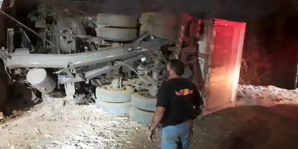 Caminhão tombou em vicinal entre Catanduva e Novais  — Foto: Arquivo Pessoal