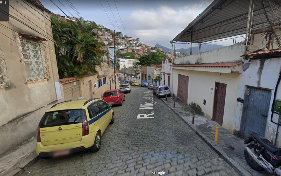 Rua onde rapaz de 23 anos morava fica em frente ao Morro da Coroa — Foto: Reprodução