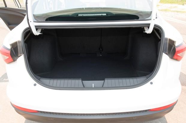 Fiat Cronos tem porta-malas de 525 litros (Foto: Divulgação)