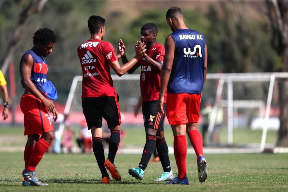 Lincoln cumprimenta Reinier: os dois marcaram gols no jogo-treino (Foto: Gilvan de Souza / Flamengo.com.br)