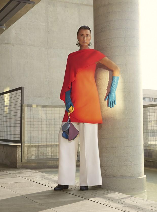 Blusa Givenchy à venda na NK Store, R$ 9.590. Calça Ralph Lauren, R$ 3.725. Luvas acervo. Bolsa Dani Cury, R$ 1.276. Sapatos Arezzo, R$ 280 (Foto: Cassia Tabatini (Groupart))