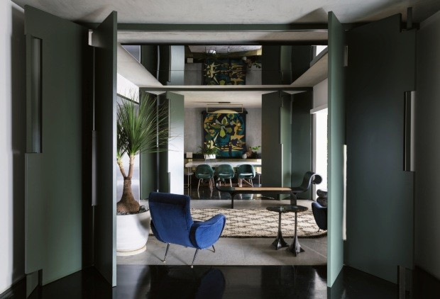 Móveis luxuosos e tons escuros de verde e azul no apartamento  (Foto: Lufe Gomes)
