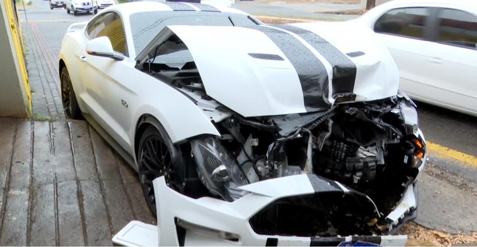 Mustang ficou destruído após acidente em Londrina — Foto: Reprodução/RPC
