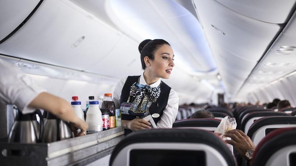 A tripulação de um voo deve manter a simpatia, mesmo diante de comportamentos abusivos de passageiros (Foto: Getty Images)