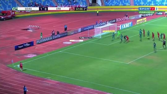Sem VAR, árbitro marca e desmarca pênalti no jogo Goiás x CRB: bandeira ajuda; assista