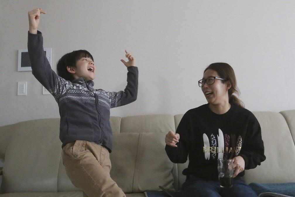 """Jeong Hyeonjun, ator que integra elenco de """"Parasita"""" celebra conquista do filme no Oscar 2020. Ao lado da mãe, ele celebra a vitória em casa, na Coreia do Sul, enquanto Bong Joon Ho discursa em festa de premiação — Foto: AP Photo/Ahn Young-joon"""