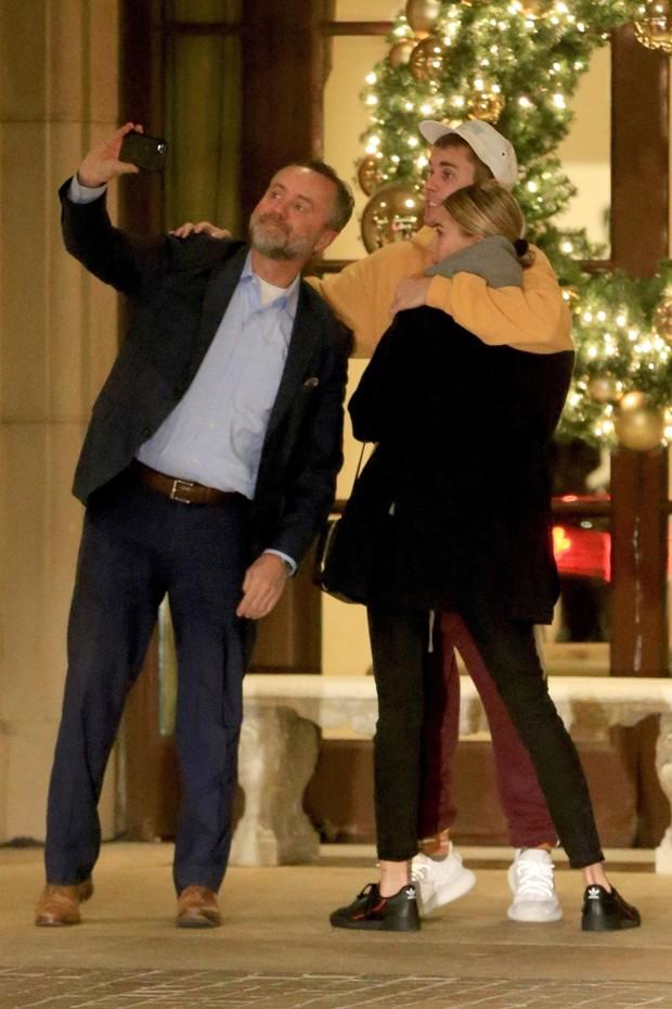 Justin Bieber e Hailey Baldwin tiram selfie com fã (Foto: Backgrid)