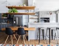 Apê com cozinha integrada à churrasqueira é perfeito para receber