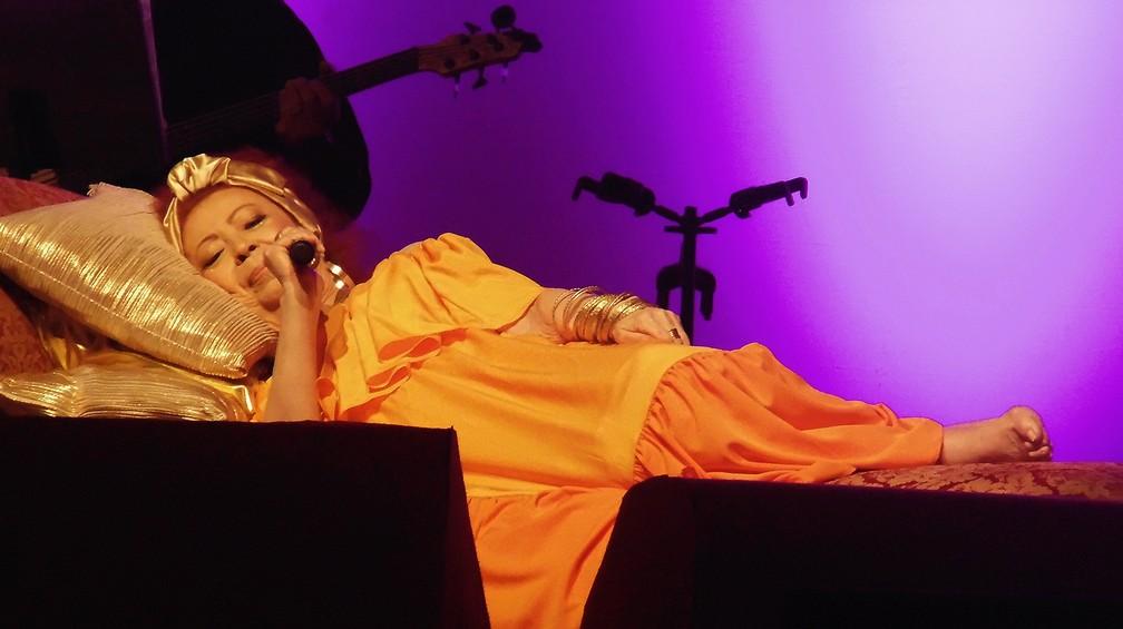 Beth Carvalho canta deitada em show no Rio de Janeiro — Foto: Mauro Ferreira