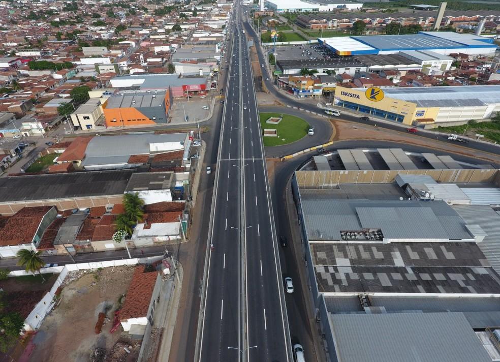Tráfego de veículos é liberado na rotatória a alças de acesso do viaduto do gancho de Igapó, em Natal. — Foto: Dnit
