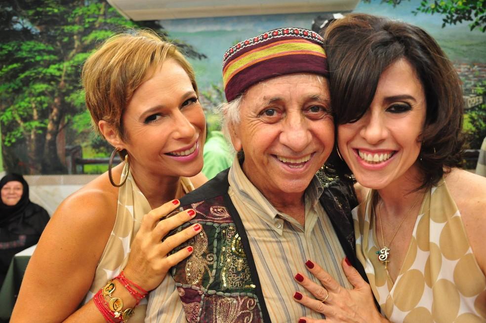 Flavio Migliaccio posa com Andréa Beltrão e Fernanda Torres nos bastidores de 'Entre Tapas e Beijos' — Foto: Estevam Avellar/Globo