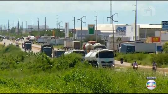 PRF e Exército escoltam comboio de caminhões de combustíveis do Ceará para abastecimento em refinaria do RN; veja vídeo