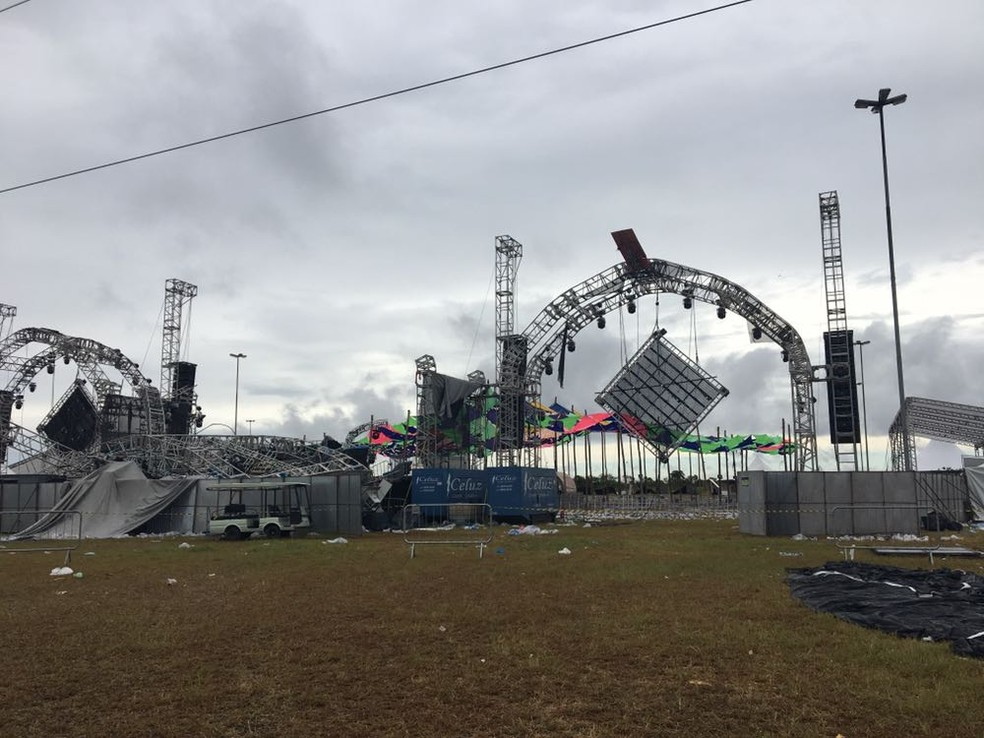 Desabamento de palco em festa rave em Esteio deixou uma vítima (Foto: Cristine Gallisa/RBS TV)