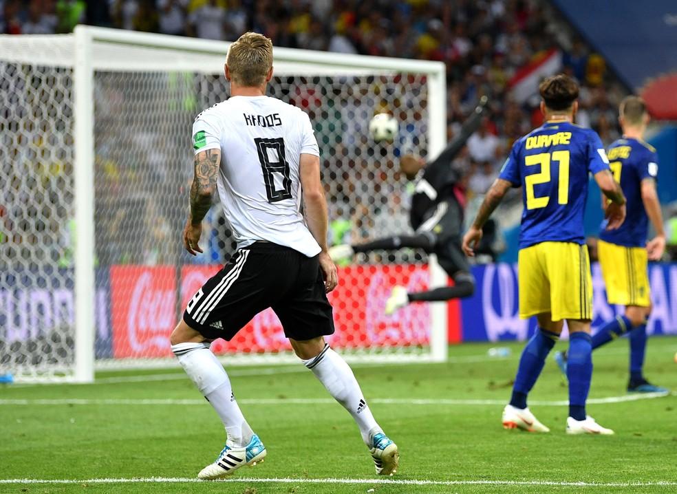 Belo gol de Kroos no fim do jogo contra a Suécia manteve a Alemanha com boas chances de classificação (Foto: Getty Images)