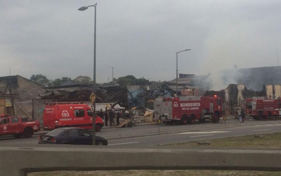 Bombeiros controlaram as chamas por volta das 10h30 desta quinta (Foto: Gabriel Barreira / G1)
