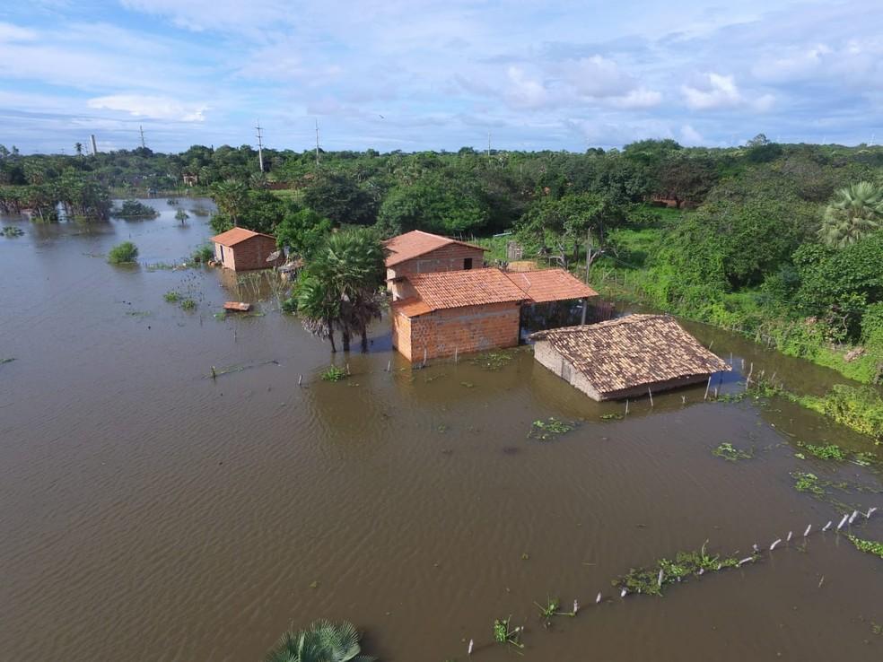 Famílias ficam desabrigadas após cheia do rio Parnaíba. — Foto: Luiz Graça/TV Clube