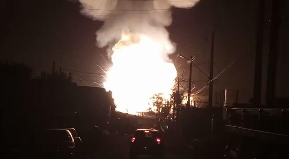 Moradores filmaram explosão de posto de combustíveis em Rio Claro — Foto: Arquivo Pessoal