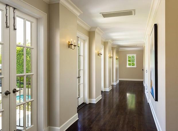 Os corredores que levam aos quartos são iluminados por portas grandes (Foto: Berkshire Hathaway HomeServices/ Reprodução)