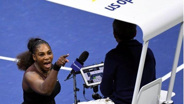 Williams apontou diversas vezes o dedo para o árbitro exigindo um pedido de desculpas (Foto: Reuters via BBC)