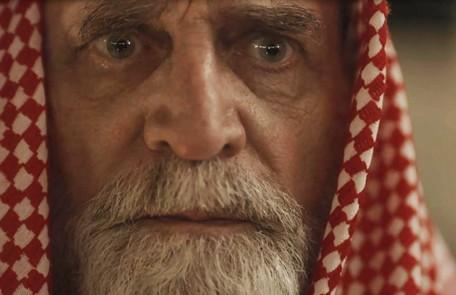 Na segunda-feira (6), Aziz (Herson Capri) morrerá e pedirá que Jamil (Renato Góes) cuide de Dalila (Alice Wegmann) Reprodução