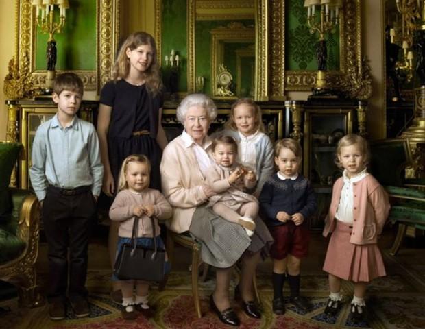 No aniversário da  avó, a rainha Elizabeth II, príncipe George já usava o cardigã azul marinho (Foto: Reprodução Instagram)