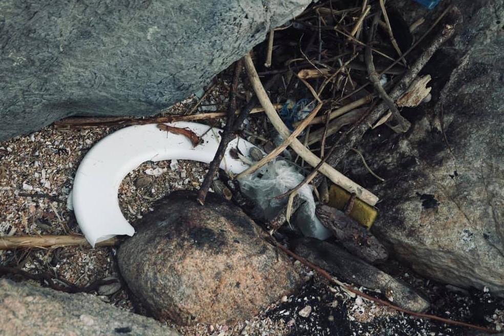 Até uma tampa de vaso sanitária foi encontrada pelo estudante em um passeio na Praia do Perigoso, em Barra de Guaratiba, na Zona Oeste do Rio. — Foto: Reprodução/Rafael Lelis