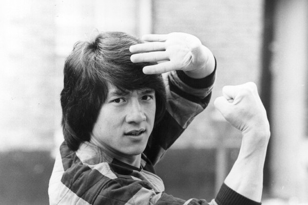 O ator Jackie Chan em foto do início de sua carreira (Foto: Getty Images)