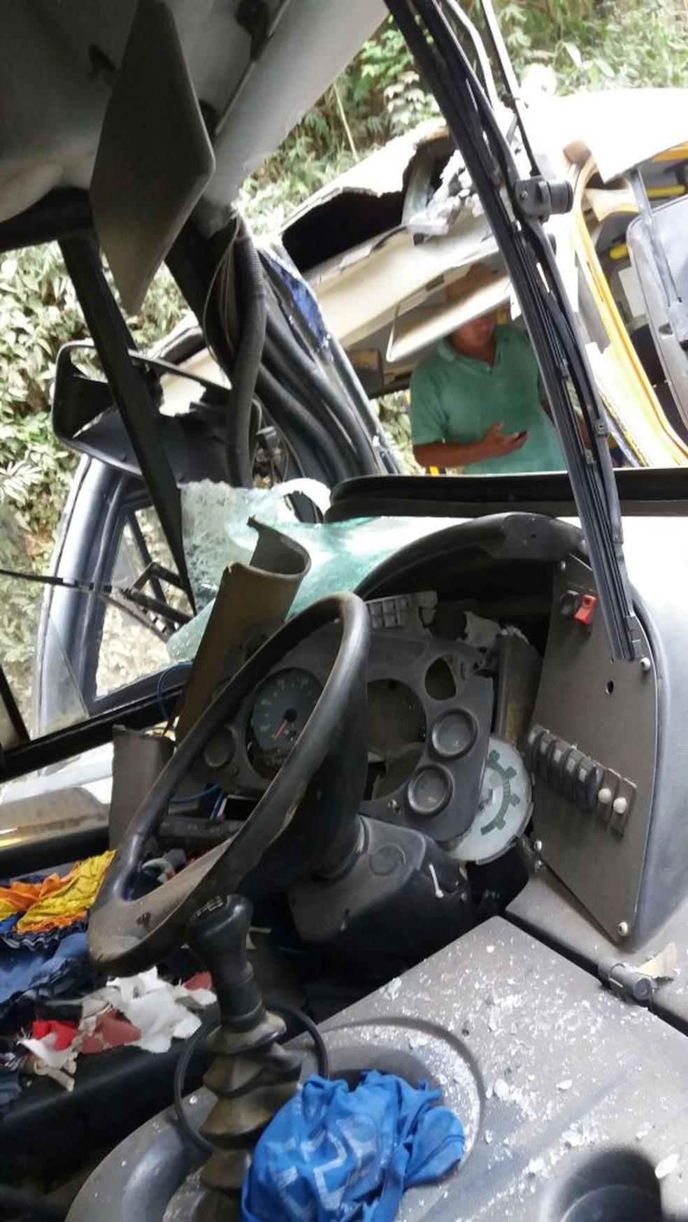 De acordo com os bombeiros, um dos motoristas ficou preso nas ferragens (Foto: Filipe Fonseca)