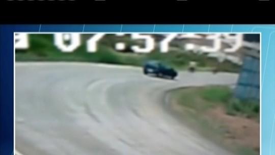 Homem inabilitado perde controle de carro e atropela dois motociclistas em Almenara