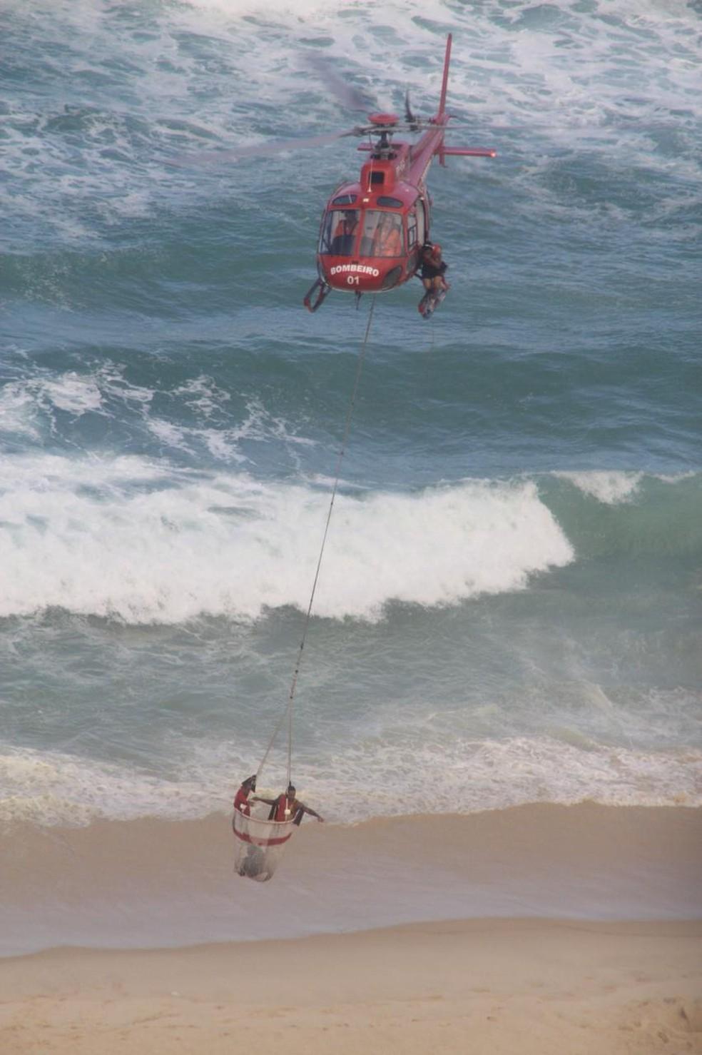 Bombeiros resgatam vítima de queda de helicóptero na Barra da Tijuca (Foto: Arquivo pessoal / Fabio Penna)
