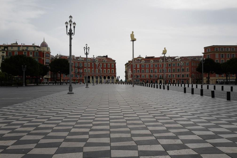 NICE (França) - O 'Place Masséna', na cidade francesa de Nice, na Riviera Francesa, é visto vazio após bloqueio rigoroso que exige que a maioria das pessoas na França permaneça em casa  — Foto: Valery Hache/AFP
