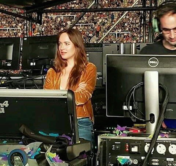 O flagrante da atriz Dakota Johnson assistindo ao show do Coldplay na Argentina (Foto: Twitter)