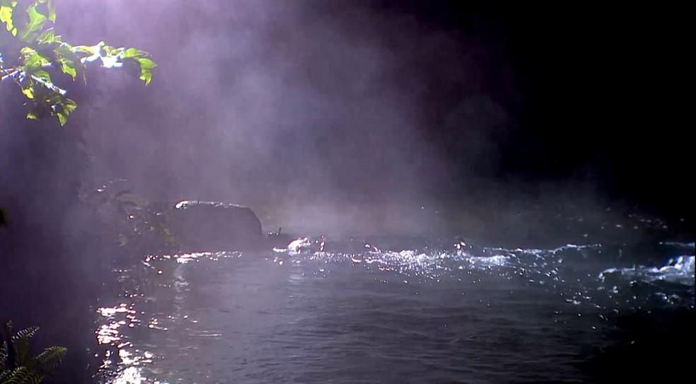 O vapor quente que sai das águas do rio — Foto: Globo Repórter