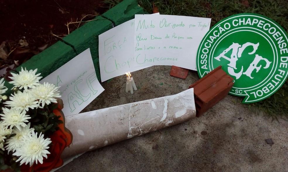 Torcedores deixam homenagens a jogadores da Chapecoense na Arena Condá (Foto: Vinicius Farfus/RBS)