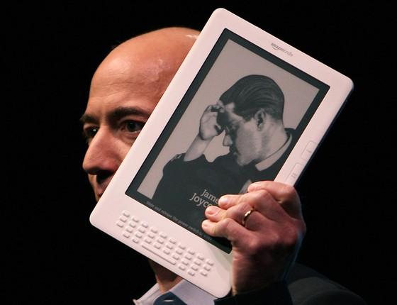Jeff Bezos, da Amazon, durante o anúncio de modelo do Kindle em 2009. Revolução digital fracassou no mercado editorial (Foto: SPENCER PLATT/GETTY IMAGES)