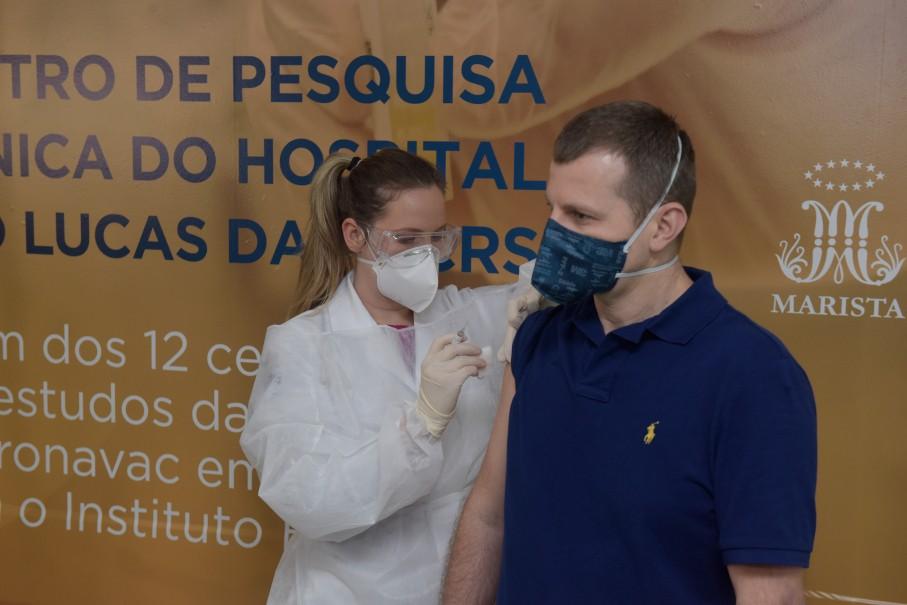 Começam testes de vacina chinesa contra a Covid-19 em voluntários em Porto Alegre