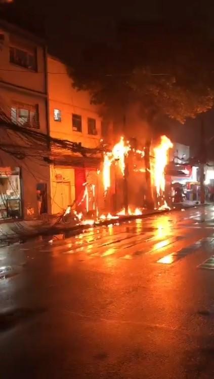 Incêndio em fiação elétrica fecha rua no bairro do Estácio, no Rio
