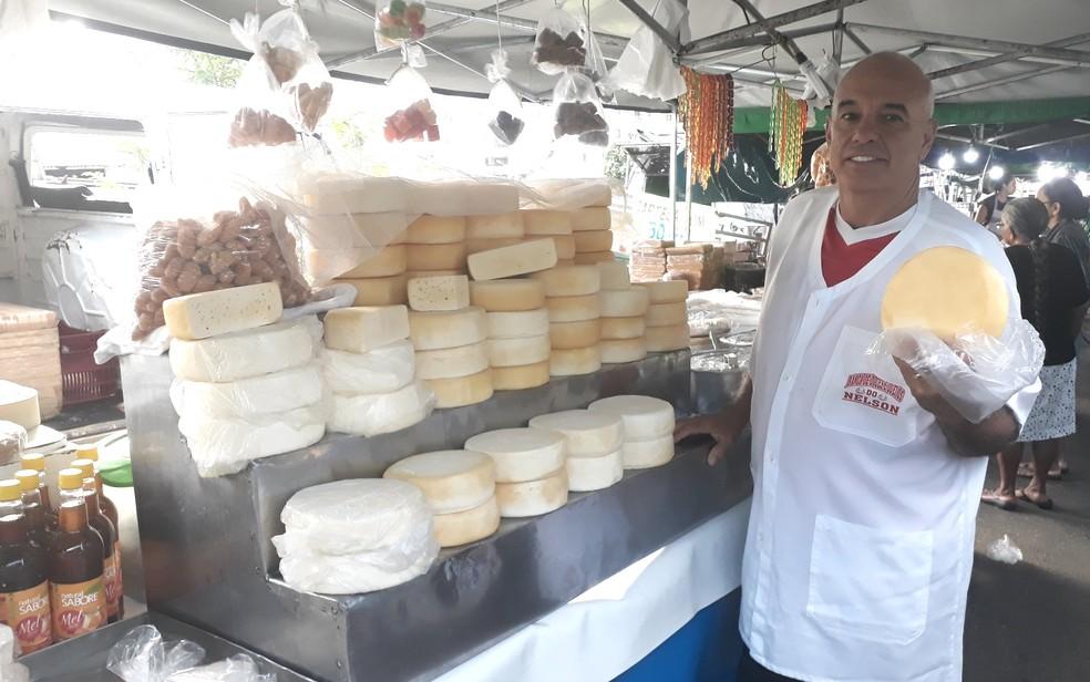 O vendedor de queijos Nelson Bento de Sousa, que discorda do projeto de regulamentação do queijo artesanal em Goiás (Foto: Vanessa Chaves/G1)