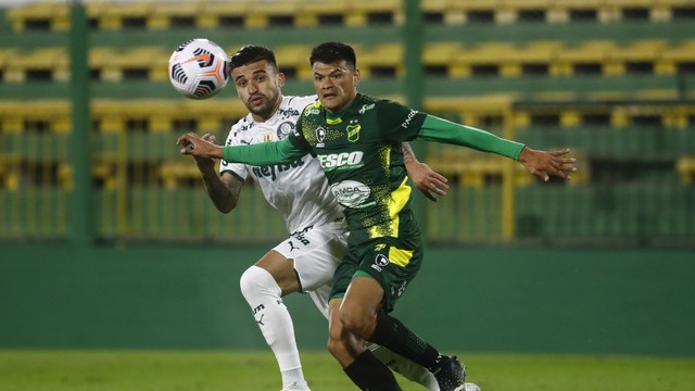 Victor Luis disputa bola com Walter Bou em Defensa y Justicia x Palmeiras