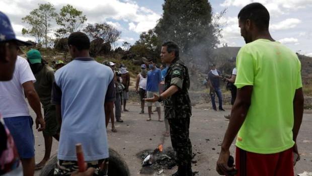 'A situação atual da Venezuela não é sustentável para o governo Maduro, principalmente considerando esse nível de sanção econômica e o fechamento das fronteiras com Brasil e Colômbia, de onde a Venezuela importa produtos básicos', diz Jennifer McCoy (Foto: RICARDO MORAES/REUTERS via BBC)