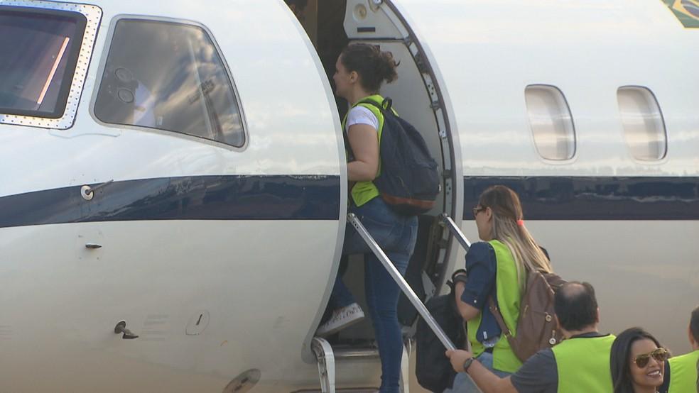 Médicos embarcam em avião da Força Aérea Brasileira; grupo fará ações médico-humanitárias em abrigos de acolhimento aos imigrantes venezuelanos em Roraima (Foto: TV Globo/Reprodução )