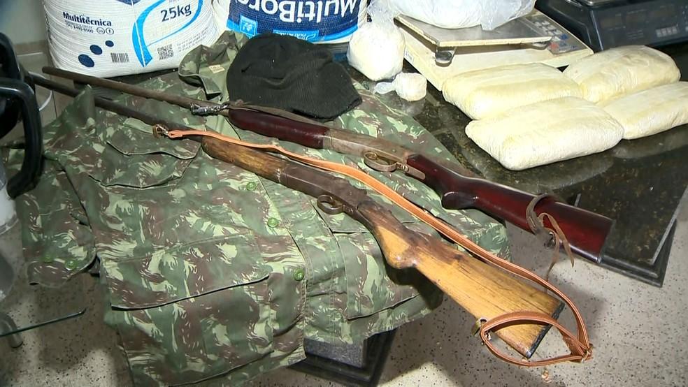 Ainda foram encontradas armas e sete quilos de cocaína, no ES — Foto: Vinícius Gonçalves/ TV Gazeta