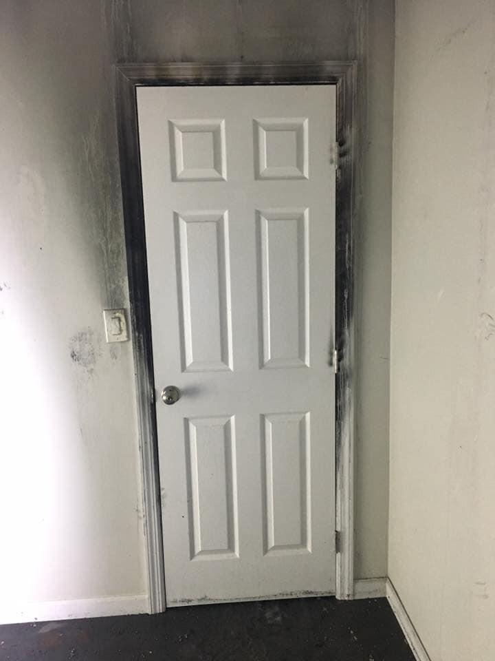 Interior do quarto protegido pela porta fechada (Foto: Town Of New Fairfield's Fire Marshal's Office/Facebook)