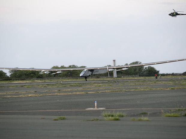 O avião Solar Impulse II pousou no aeroporto Kalaeloa, no Havaí, na manhã desta sexta-feira (3), hora local (Foto: Marco Garcia/AP)