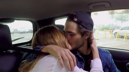 Brenno Leone beija garota que conheceu em aplicativo de paquera
