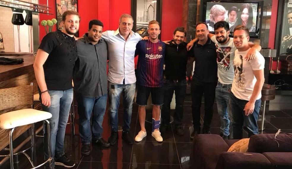 Arthur, que chegou a posar com a camisa do Barcelona, estaria no radar do Real Madrid (Foto: Arquivo Pessoal)