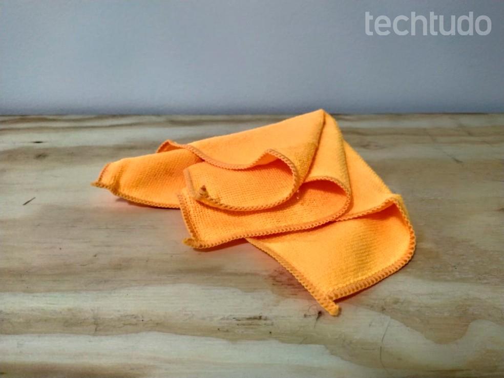 Pano de microfibra é ideal para a limpeza da tela; é necessário que ele esteja limpo — Foto: Vitória Bernardes/TechTudo