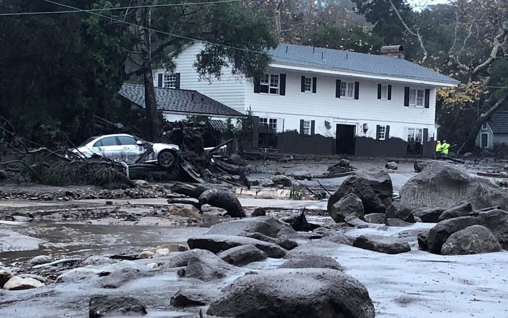 Equipes de emergência vistoriam casa afetada por deslizamento em Montecito, na Califórnia, na terça-feira (9) (Foto: Mike Eliason/Santa Barbara County Fire Department/Handout via Reuters)